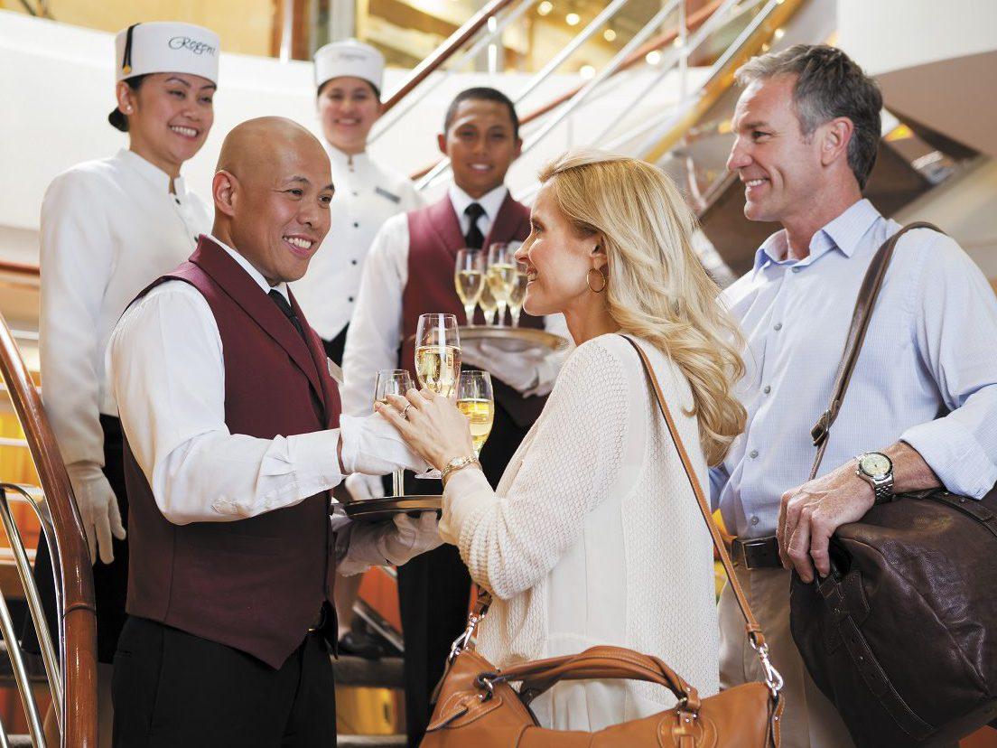 Regent Seven Seas Cruises - ober met champagne voor de klanten