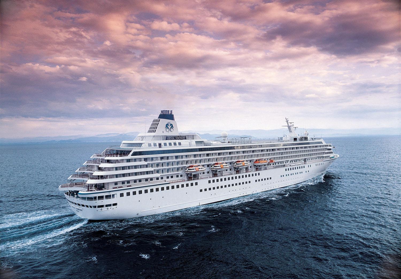 crystal Cruises , Crystal symphony op zee met prachtig roze lucht