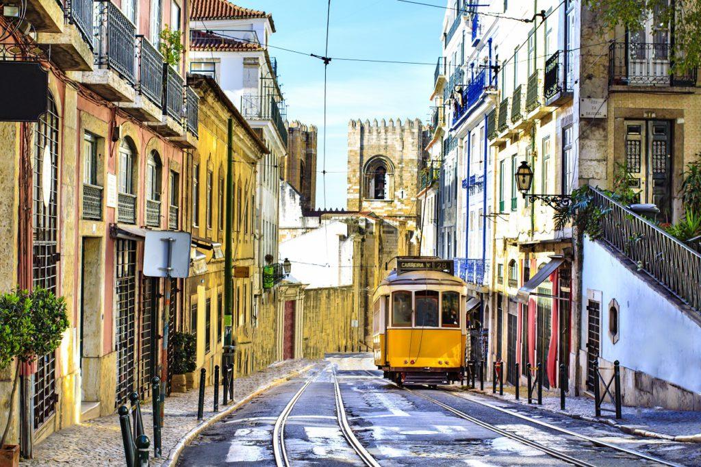 Gele trein in Lissabon centrum