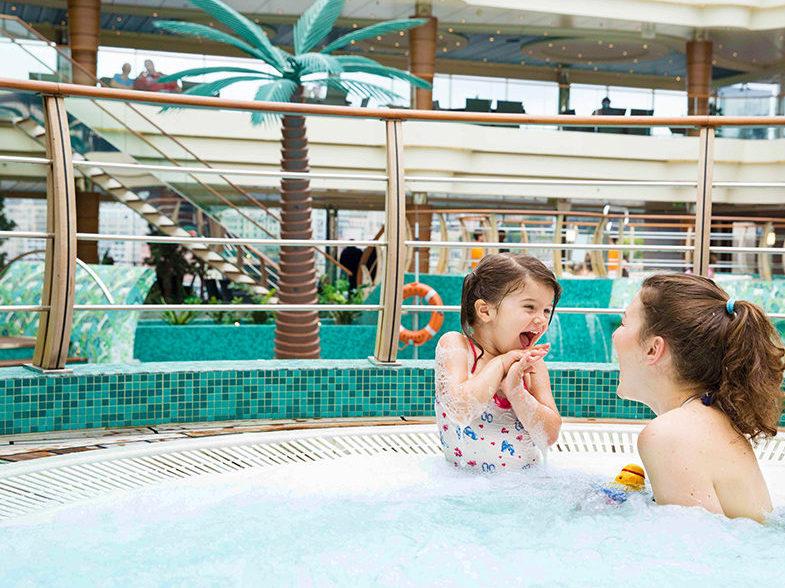 MSC Cruises - mama en kind in zwembad