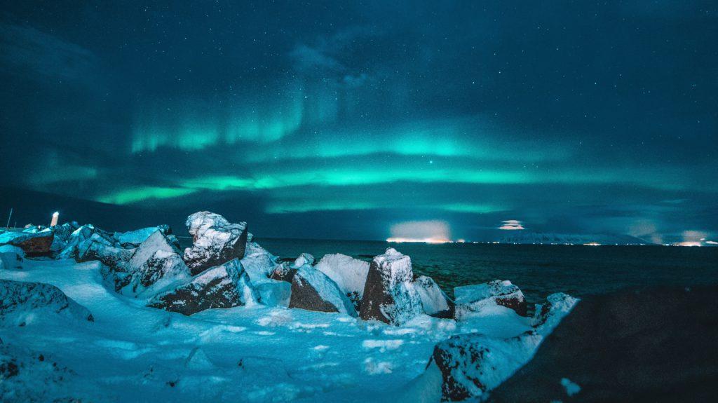 Noorderlicht IJsland met zicht op zee