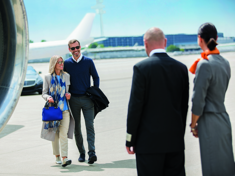 Hapag Lloyd Cruises - koppel komt van prive vliegtuig - Cruisemarkt.eu