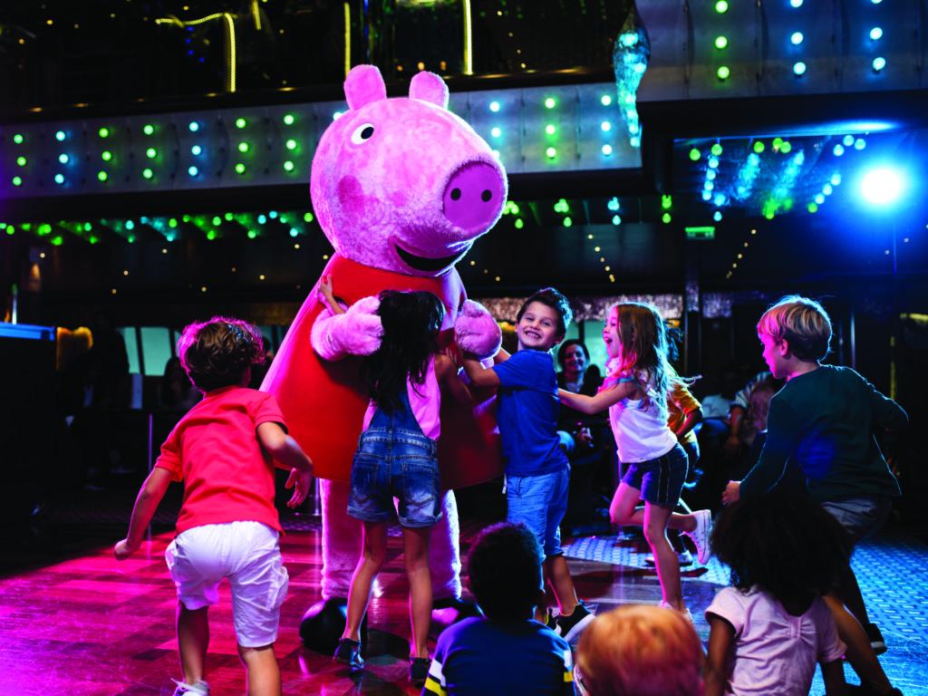 Peppa big danst met kinderen aan boord van Costa Cruises.