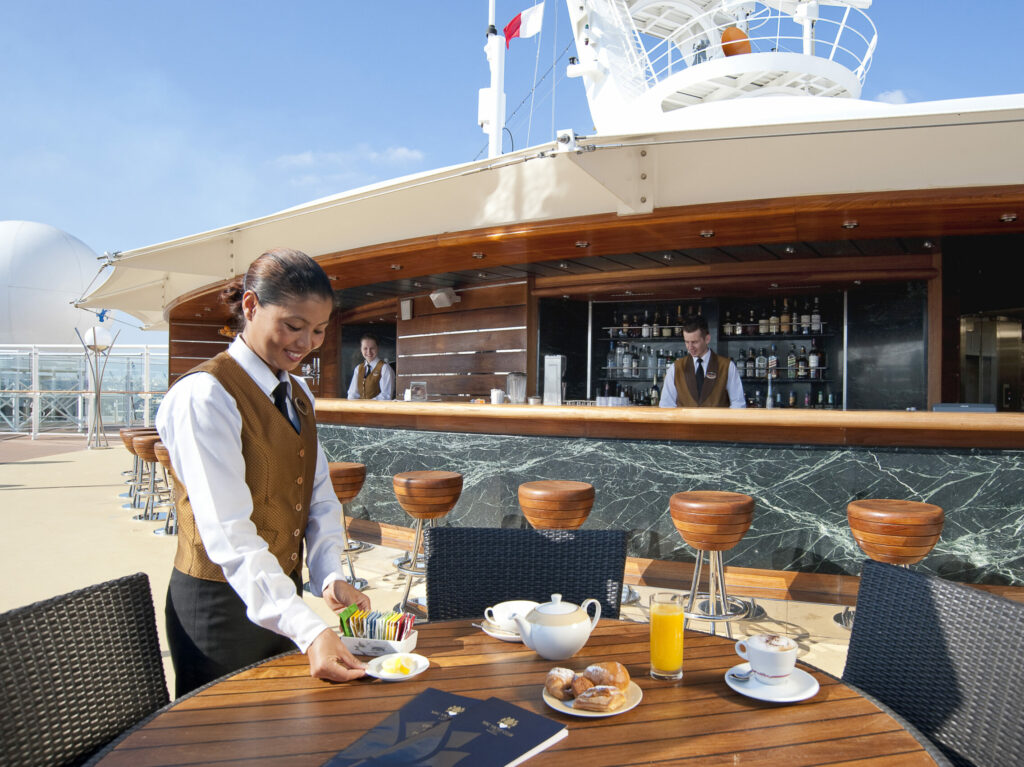 MSC Yacht Club - waiter serveert thee op dek
