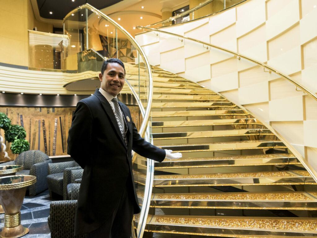 MSC Yacht Club - butler aan de trap