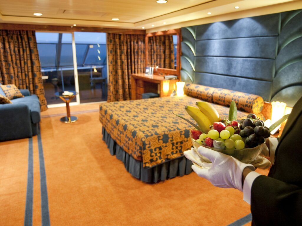 MSC Yacht Club, butler in suite met fruitschaal