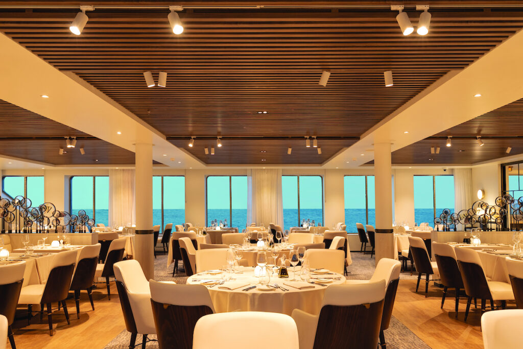 Silver origin restaurant met grote ramen