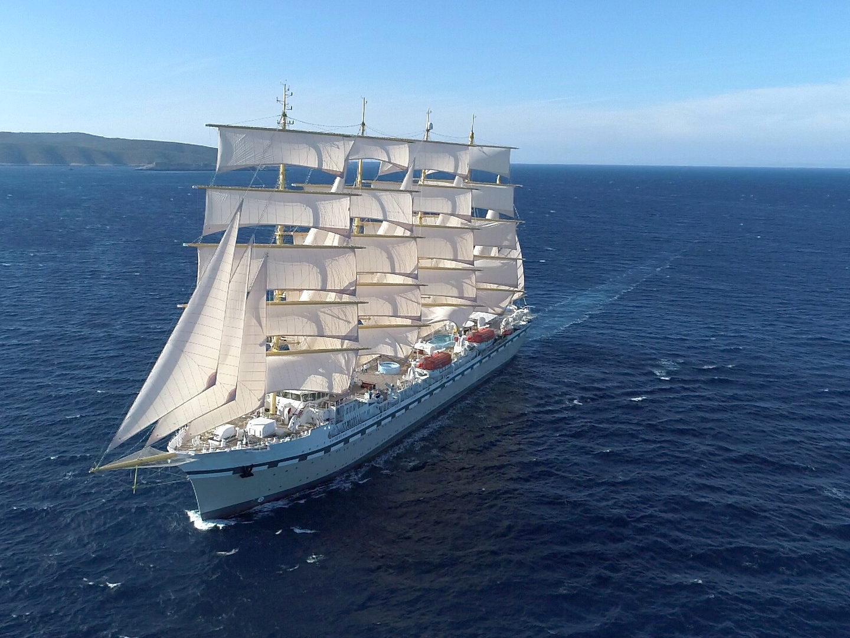 Tradewind Voyages zeilschip in volle vaart met open zeilen