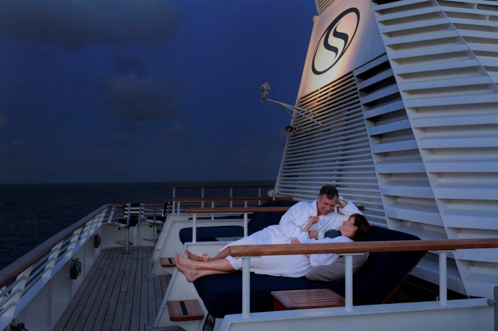Koppel tijdens de avond in een Balinees bed op dek